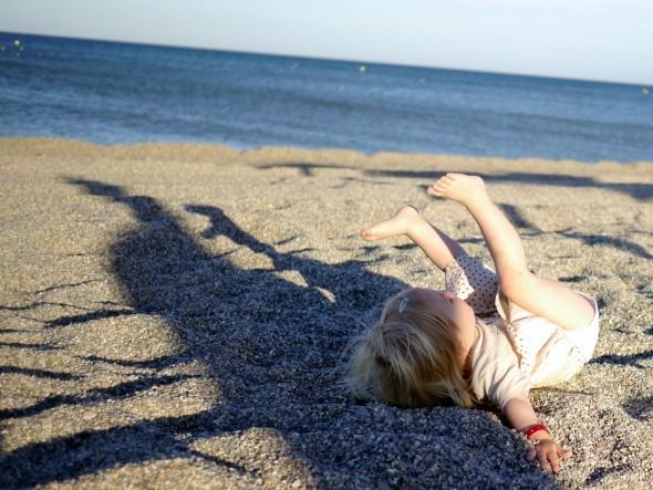 At lege og boltre sig på stranden en lun aften, hvor solen er tæt på at gå ned.