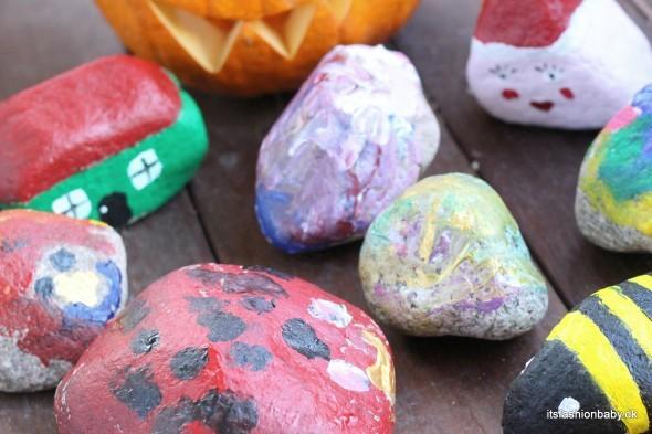 Det er sjovt og billigt at finde nogle sten på stranden og male dem med børnene