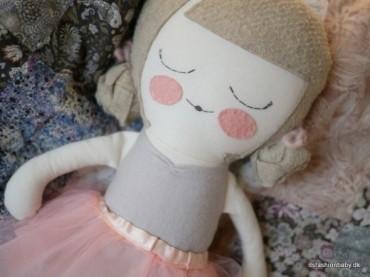 Smukke håndlavede dukker som julegaveide til små piger