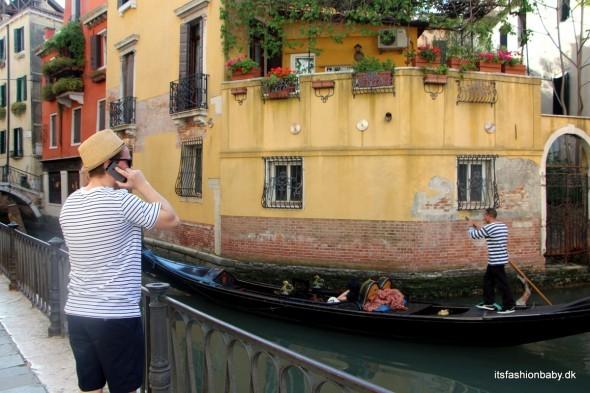 Det var først i går aftes, da vi kom tilbage til hotellet, at det gik op for os, at min mand hele dagen havde gået rundt og lignet en vaskeægte venetiansk gondolieri :D