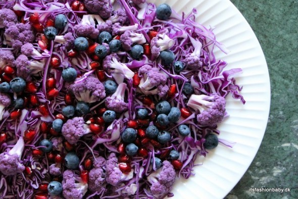 Rød spidskålssalat med granatæble, blåbær, valnødder og lilla blomkål