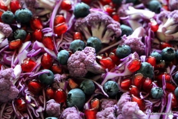 Opskrift på sund vintersalat med lilla spidskål, lilla blomkål, blåbær, granatæbler og valnødder