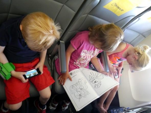 At få lov at sidde med sine to nye ferieveninder i flyvemaskinen på vej hjem.
