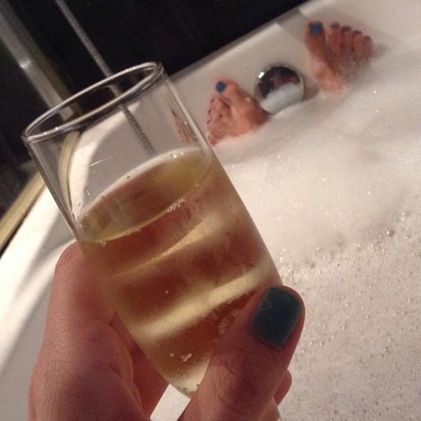 Bobler i glasset, bobler i badekarret og en god bog.