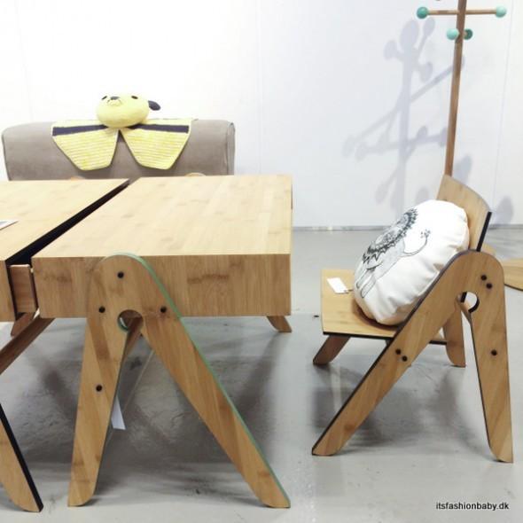 WeDoWood laver fantastiske børnemøbler til børn og børneværelset i både bord og stol.