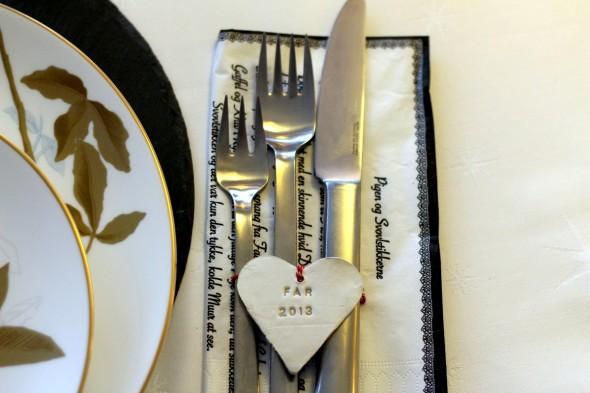 Hjemmelavede bordkort til jul af selvhærdende ler