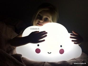 Skylampe og cloudlamp fra A little lovely company som natlampe og vågelampe til børneværelset