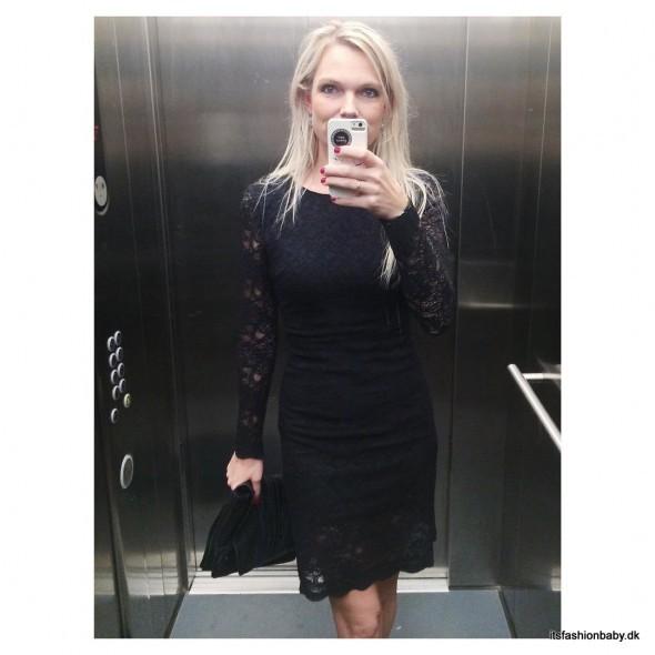 Sort kjole med blonder fra Ganni
