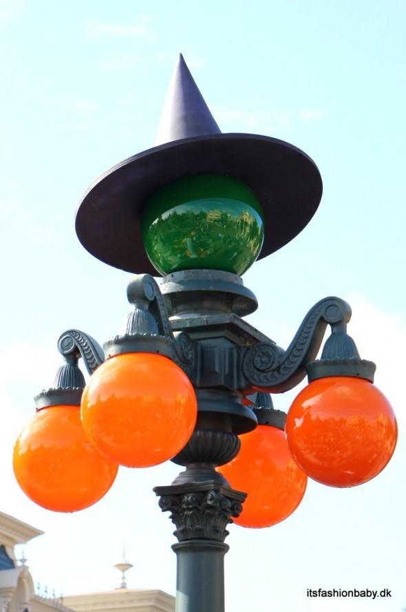 Selv lygtepælene havde fået fine halloweenkostumer - de hvide lyskupler var byttet ud med grønen og orange, og der var tilføjet en heksehat.