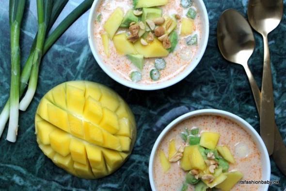 thai-inspireret ristaffel med kylling i karry med mango, avokado, peanuts og koriander som topping