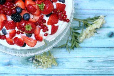 Pavlova med hyldeblomstskum rabarbersirup og friske bær