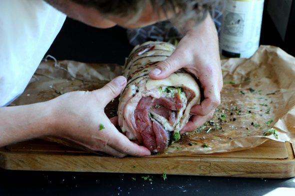 Sådan snører du en porchetta med kødsnor