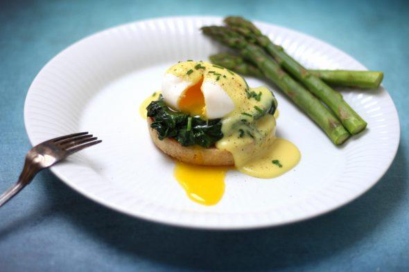 God opskrift på Eggs Benedict og Eggs Florentine