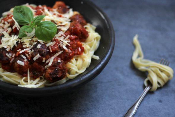opskrift på spaghetti med kødboller og tomatsovs